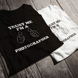 teniska-trust-me-i-am-a-photographer-bw-diplomirane-akademichni-shapki-i-podaruci