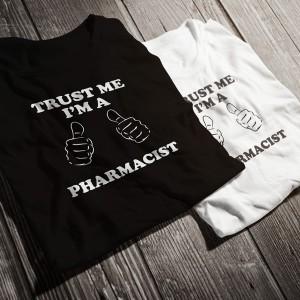 teniska-trust-me-i-am-a-pharmacist-bw-diplomirane-akademichni-shapki-i-podaruci