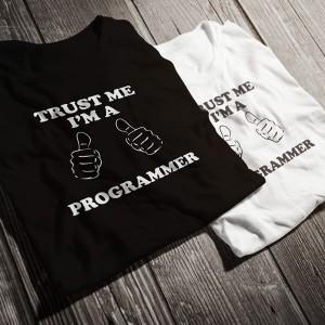 teniska-trust-me-i-am-a-programmer-bw-diplomirane-akademichni-shapki-i-podaruci